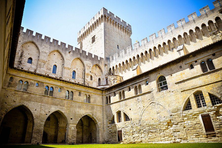 Provence_Avignon_papezsky_palac_Radynacestu_Pavel_Spurek.jpg
