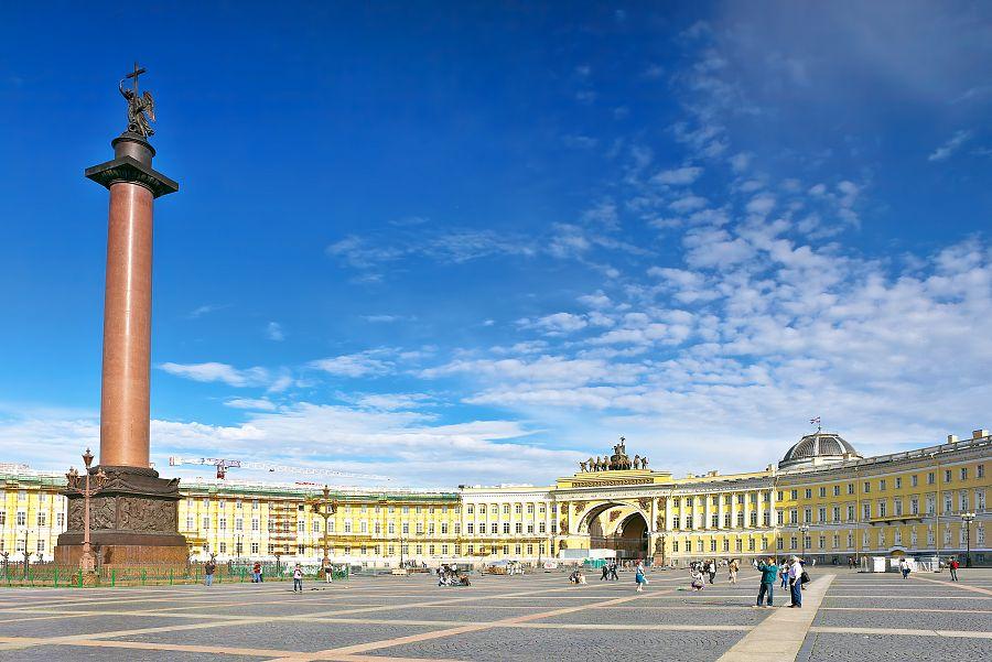 Palácové náměstí s Alexandrovým sloupem Petrohrad