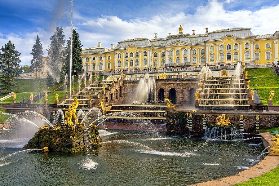 Budova Petrodvorců s vodní kaskádou