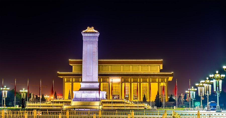 Peking - noční Maovo mauzoleum