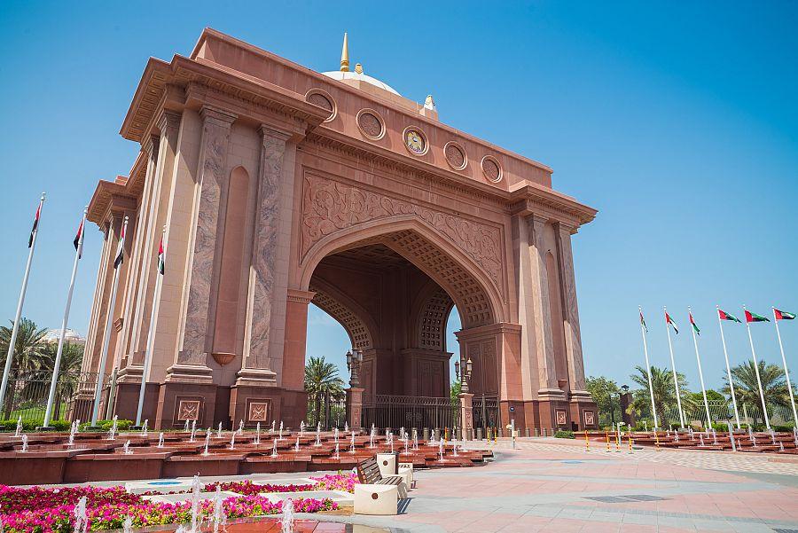 Abu_Dhabi_vstupni_brana_hotelu_Emirates_Palace_ubytovani_kamaradek_ze_Sexu_ve_meste_httpswww.filmova