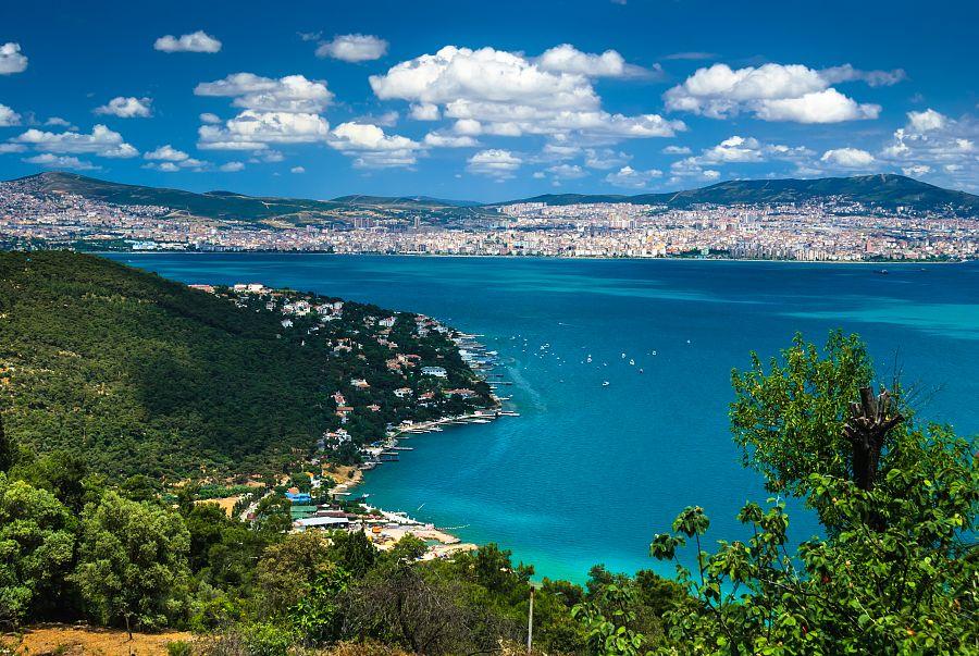Pohled z ostrova Büyükada na Istanbul a Marmarské moře
