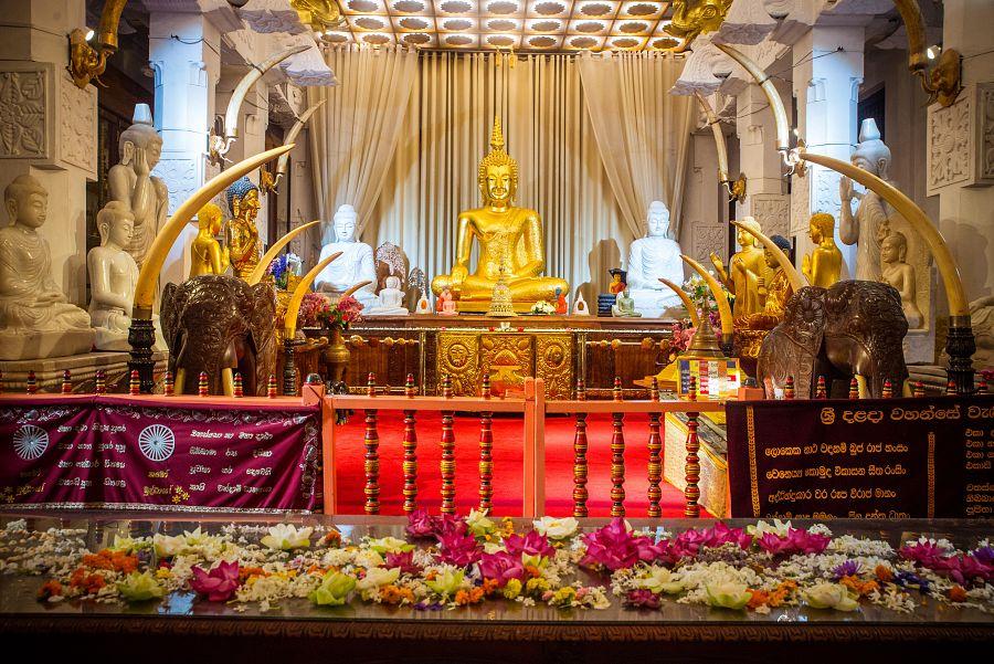 Sri_Lanka_Buddhuv_zub_Buddha.jpg