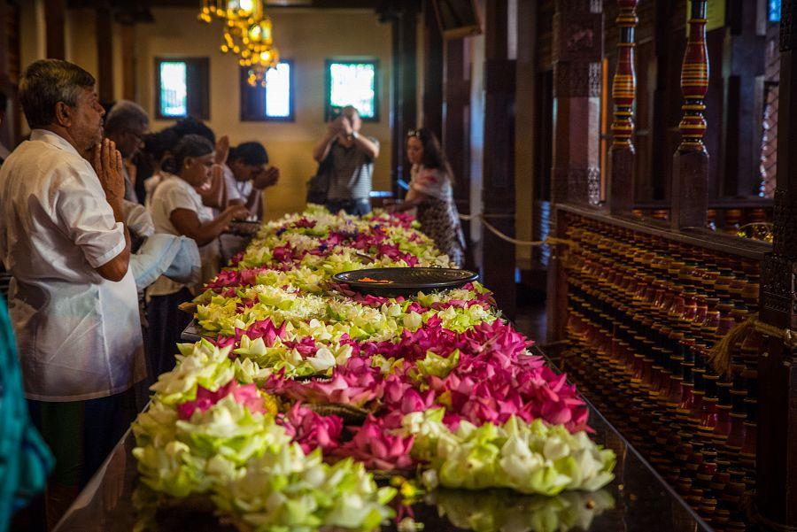 Sri_Lanka_Buddhuv_zub_modlitba.jpg
