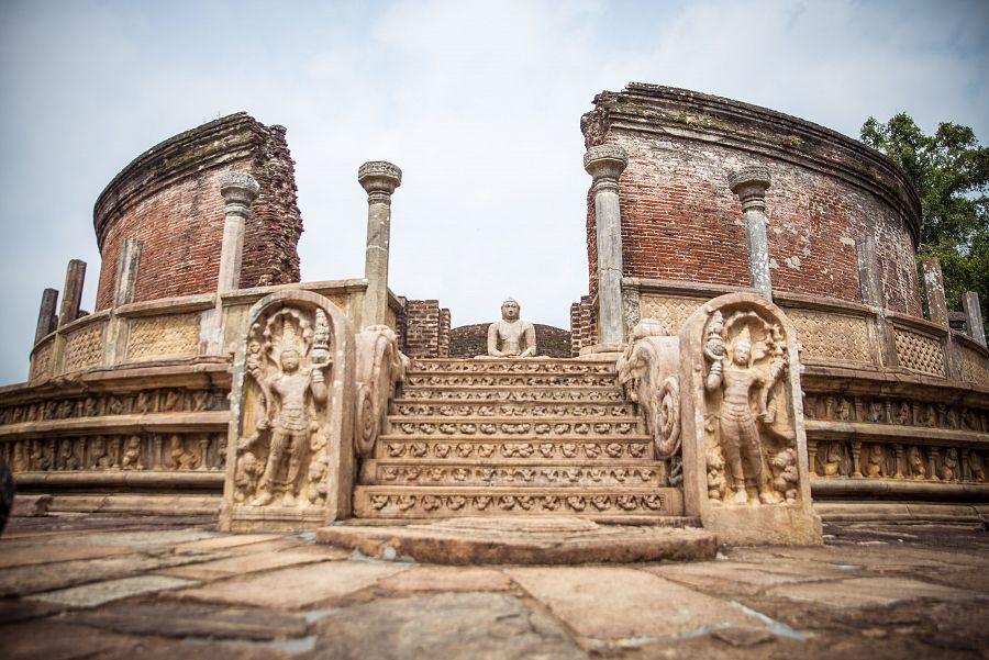 Sri_Lanka_Polonnaruwa_palace_Buddha.jpg